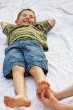 Barn som får foten killad Arkivfoton
