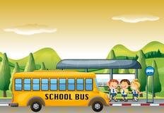 Barn som får på skolbussen på hållplatsen stock illustrationer