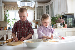Barn som förbereder kakor i köket Royaltyfria Bilder