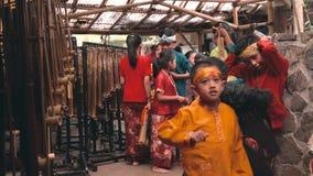 Barn som förbereder sig för den Angklung showen, Bandung arkivfilmer