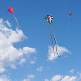 barn som flyger den roliga draken Arkivfoto