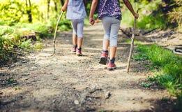 Barn som fotvandrar i berg eller skog med sporten som fotvandrar skor Royaltyfri Fotografi