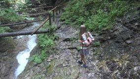 Barn som går bergslingan, i att campa, unge som fotvandrar, flicka i Forest Adventure arkivfoto