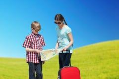 Barn som går för semester Arkivfoton