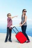 Barn som går för semester Arkivfoto