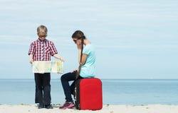 Barn som går för semester royaltyfri foto