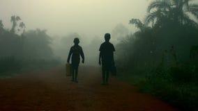 Barn som går för vatten i Afrika arkivfilmer