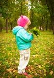 Barn som går i höstpark Royaltyfria Bilder