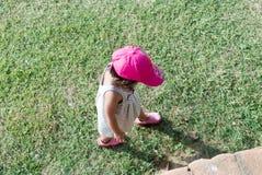Barn som går på gräsmatta Royaltyfria Bilder