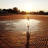 Barn som går på stranden Royaltyfria Bilder