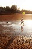 Barn som går på stranden Arkivbild