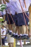 Barn som går på trådrepet, gör aktiviteten arkivfoton