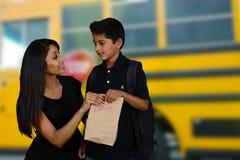 Barn som går till skolan Arkivfoton