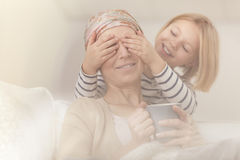Barn som gör den sjuka modern att le royaltyfria foton