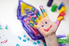 barn som gör fingerpainting händer royaltyfri foto