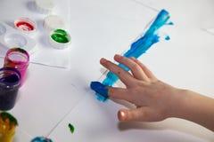 barn som gör fingerpainting händer royaltyfria foton
