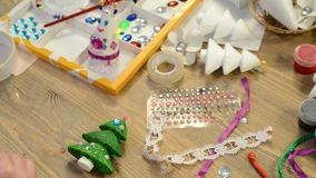 Barn som gör garnering för ferier, hantverk och leksaker, julträd och annat arkivfilmer