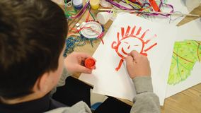 Barn som gör garnering för ferier, hantverk och leksaker, julträd och annat Målningvattenfärger lager videofilmer