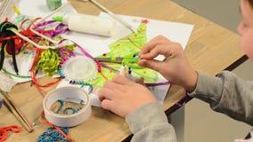 Barn som gör garnering för ferier, hantverk och leksaker, julträd och annat Målningvattenfärger Top beskådar Konstverkworkpl lager videofilmer