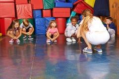 Barn som gör gymnastik i fysisk utbildning Arkivbild