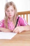 Barn som gör hennes läxa Arkivfoto