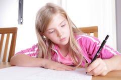 Barn som gör hennes läxa Fotografering för Bildbyråer
