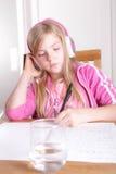 Barn som gör hennes läxa Arkivbilder
