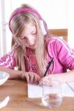 Barn som gör hennes läxa Arkivbild