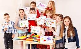 Barn som gör kortet. Fotografering för Bildbyråer