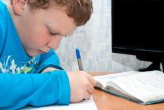 Barn som gör läxa Royaltyfria Bilder