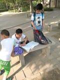 barn som gör läxa Arkivfoton