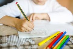 Barn som gör läxa och skriver berättelseessäen Elementär eller primär grupp Royaltyfri Bild
