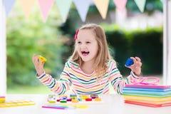 barn som gör läxaskolan Ungar lär och målar Royaltyfria Bilder