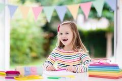 barn som gör läxaskolan Ungar lär och målar Fotografering för Bildbyråer