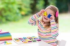 barn som gör läxaskolan Ungar lär och målar Arkivfoto