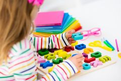 barn som gör läxaskolan Ungar lär och målar Arkivbild