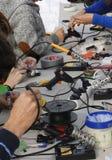 Barn som gör olik elektronisk saker Arkivbild