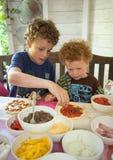 barn som gör pizza royaltyfria foton