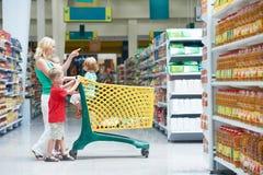 barn som gör shoppingkvinnan Arkivbilder