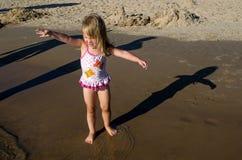 barn som gör skuggor Royaltyfria Foton