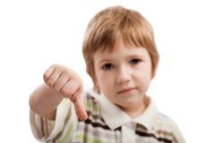 barn som göra en gest ner tumen Arkivbild