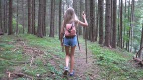 Barn som g?r i skogen, utomhus- natur f?r unge, flicka som spelar i campa aff?rsf?retag royaltyfria bilder