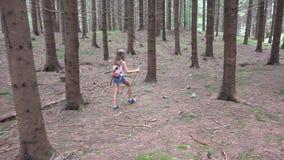 Barn som g?r i skogen, utomhus- natur f?r unge, flicka som spelar i campa aff?rsf?retag arkivbilder