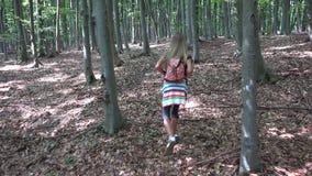 Barn som g?r i skogen, utomhus- natur f?r unge, flicka som spelar i campa aff?rsf?retag arkivfilmer