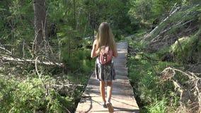 Barn som g?r i skogen, utomhus- natur f?r unge, flicka som spelar i campa aff?rsf?retag lager videofilmer