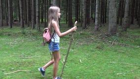 Barn som g?r i skogen, utomhus- natur f?r unge, flicka som spelar i campa aff?rsf?retag stock video