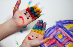 barn som gör fingerpainting händer Arkivbild
