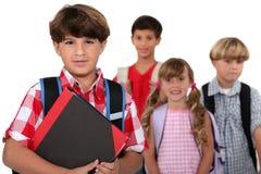 Barn som går till skolan Royaltyfri Bild