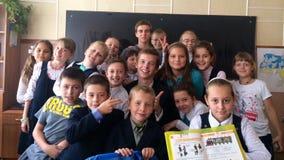 barn som grupp lyssnar mathskolan, sitter lärare Royaltyfri Foto