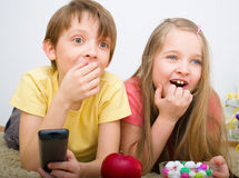 Barn som håller ögonen på TV Fotografering för Bildbyråer